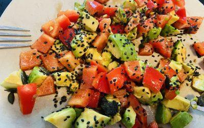 Salade tomate poivron avocat sésame