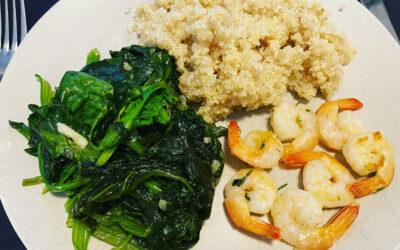 Crevettes sautées, épinard frais à l'ail et quinoa